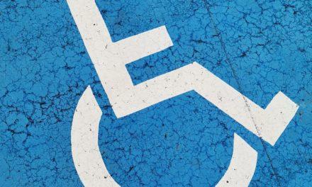 Stationnement handicapé : le Conseil d'État lâche les chevaux sur la gratuité ♿🚓